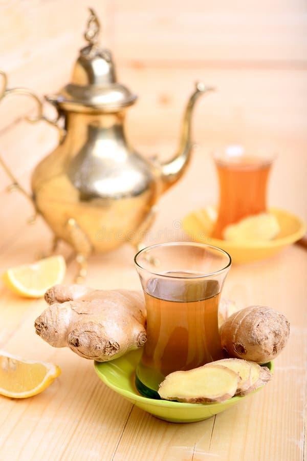 Thé turc avec du gingembre et le citron image libre de droits