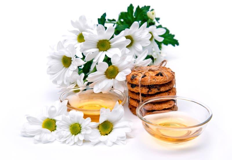Thé vert avec des biscuits et des fleurs photos stock