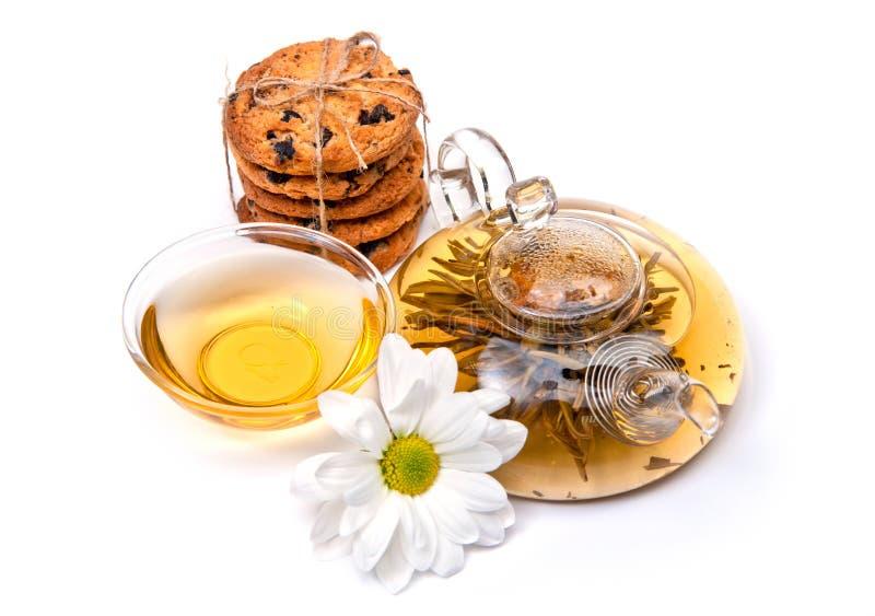 Thé vert avec des biscuits et des fleurs images libres de droits