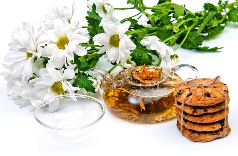 Thé vert avec des biscuits et des fleurs image libre de droits