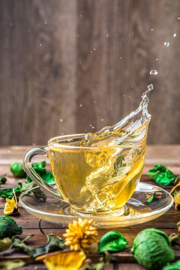 Thé vert avec la flaque goutte-à-goutte photo libre de droits