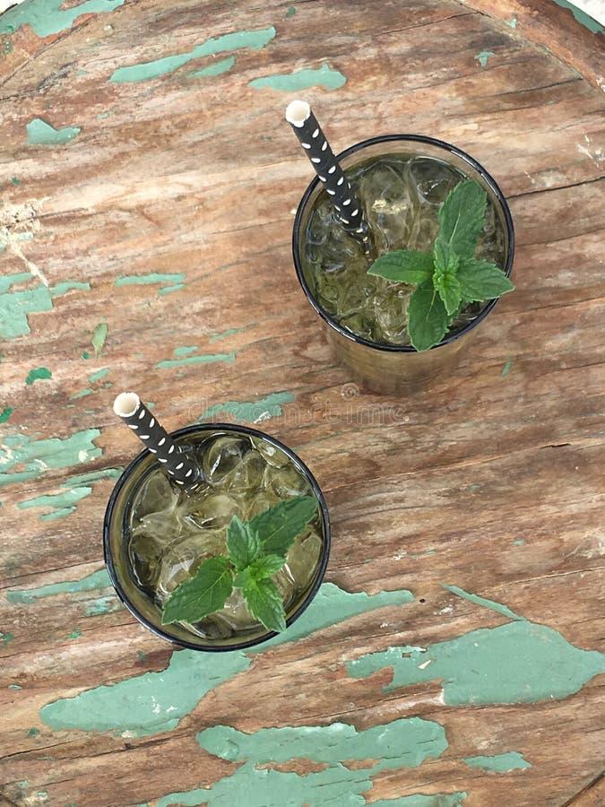 Thé vert avec la menthe, fraîche photos stock