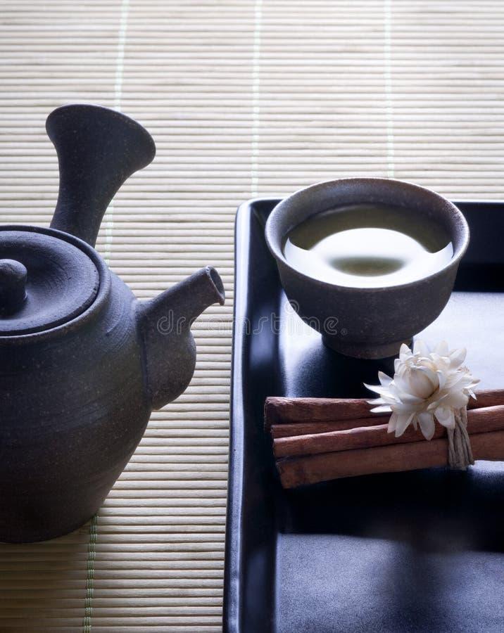 Thé vert avec le bac japonais initial de thé photos stock
