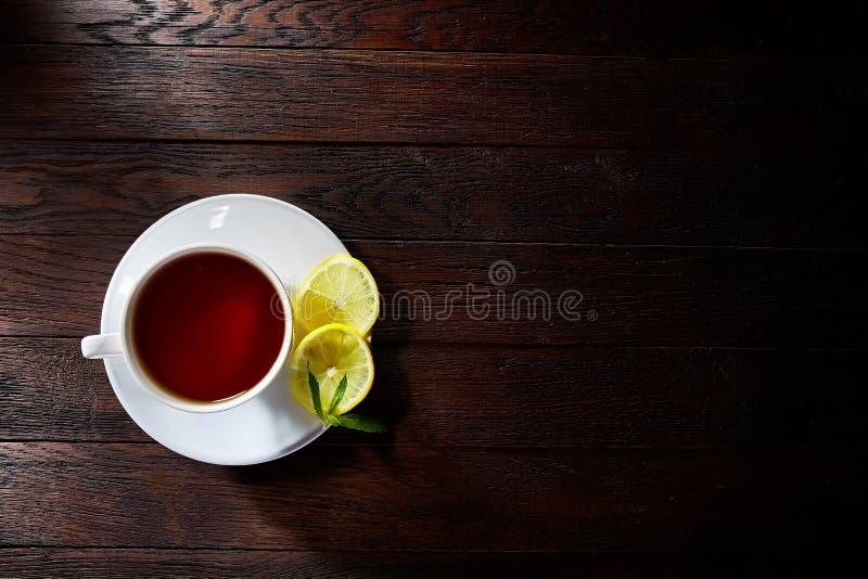Thé vert avec le citron et la menthe sur le fond en bois de table photo stock