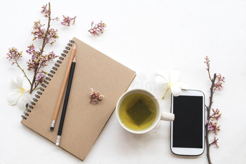 Thé vert chaud de boissons saines de fines herbes avec le téléphone portable photo libre de droits