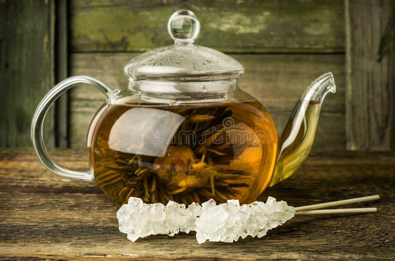 Thé vert dans un pot en verre photos stock