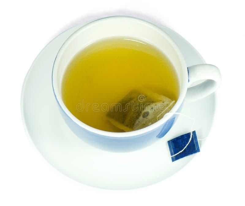 Thé vert dans une cuvette bleue photos stock