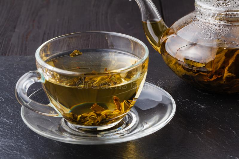 Thé vert dans une tasse en verre dans la cuisine photo stock