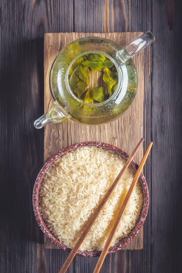 Thé vert de chinois traditionnel de la fermentation différente et du riz image libre de droits