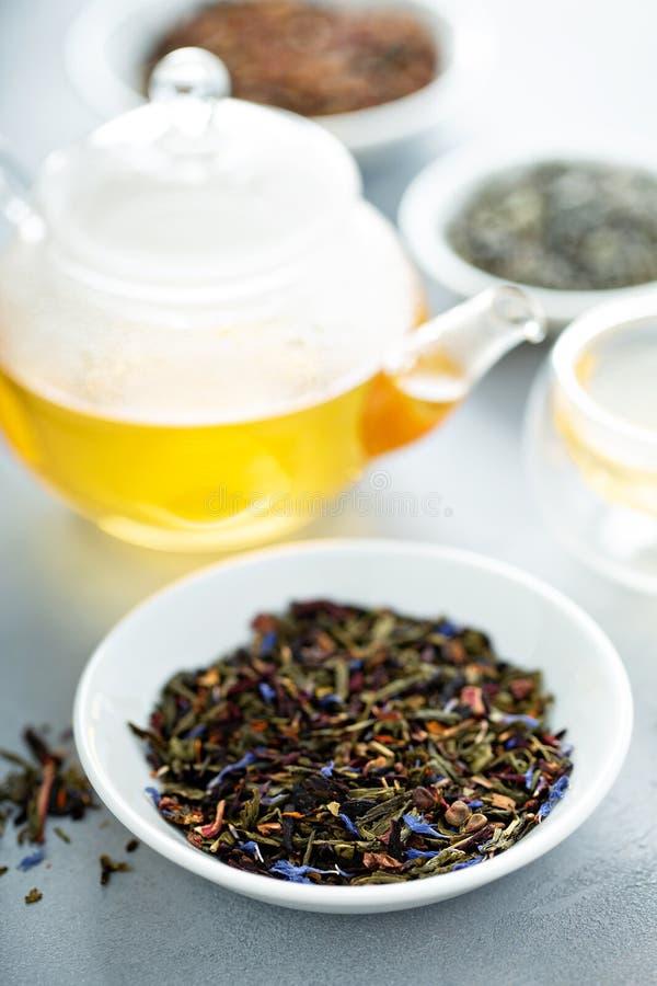 Thé vert de feuilles mobiles et une théière photo libre de droits