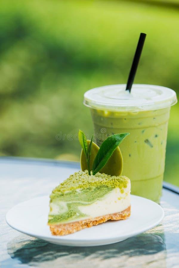 Thé vert de gâteau et de glace de petit pain image libre de droits