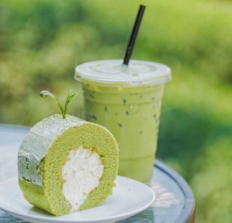 Thé vert de gâteau et de glace de petit pain photographie stock