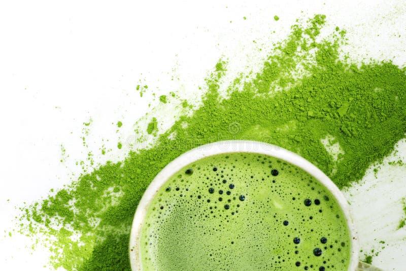 Thé vert de matcha chaud dans une tasse sur un fond blanc photographie stock