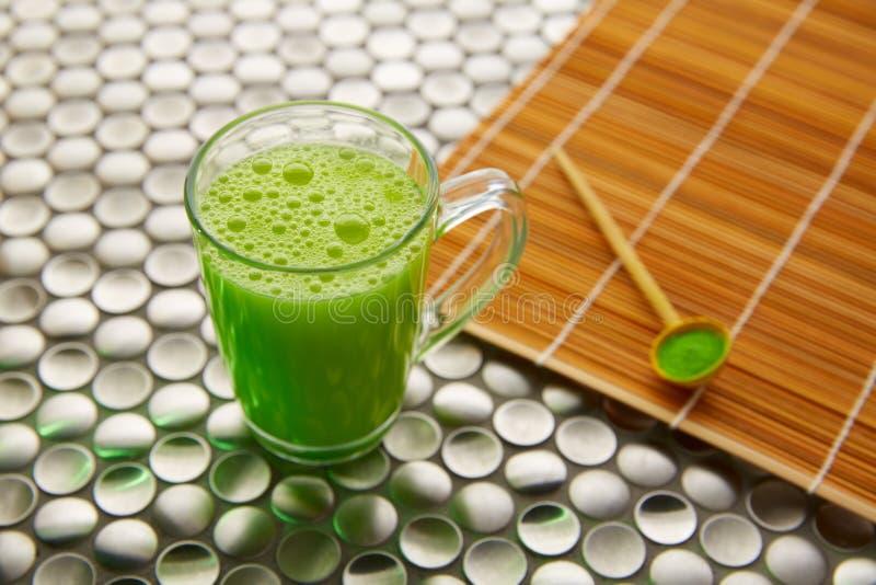 Thé vert de Matcha du Japon sur l'acier inoxydable photos stock