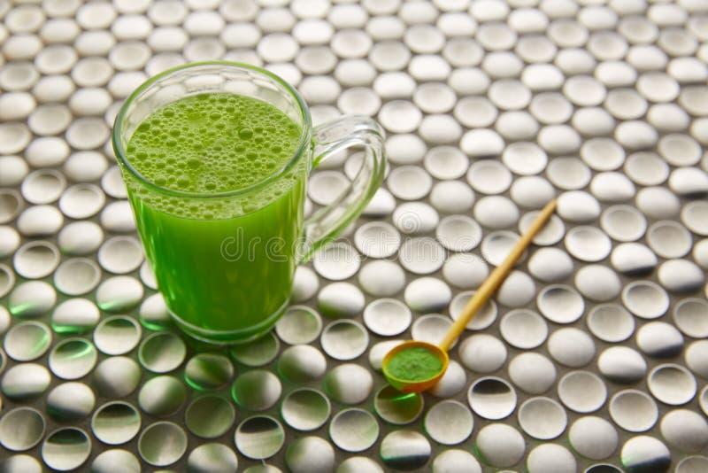 Thé vert de Matcha du Japon sur l'acier inoxydable photographie stock
