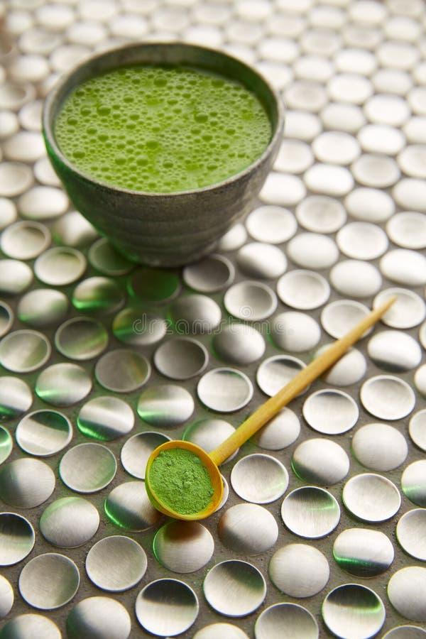 Thé vert de Matcha du Japon sur l'acier inoxydable photographie stock libre de droits