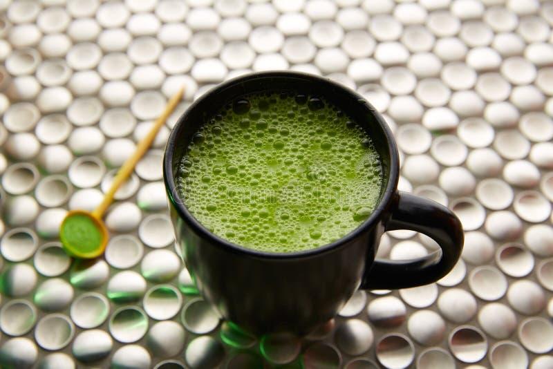 Thé vert de Matcha du Japon sur l'acier inoxydable images stock
