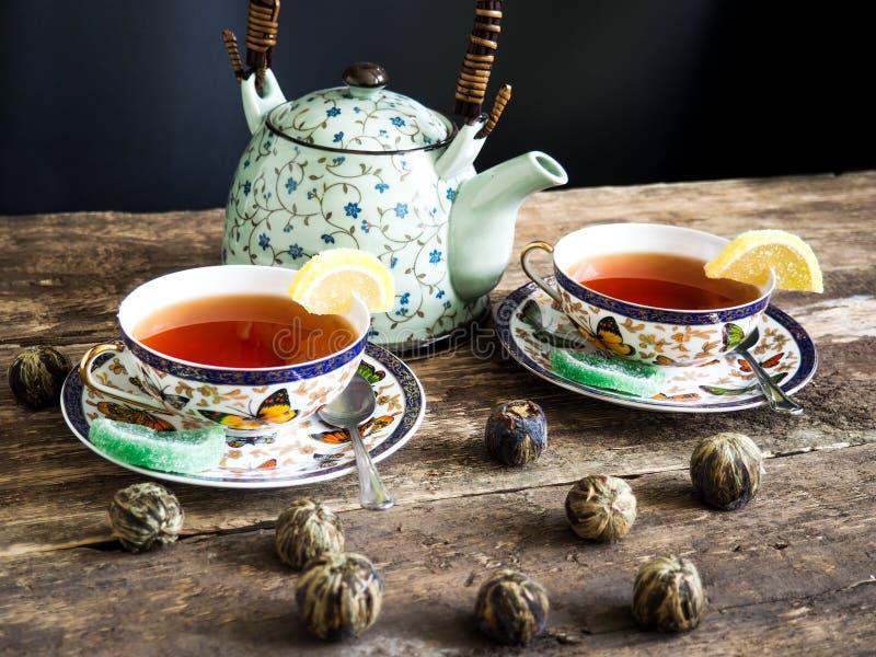 Thé vert de thé noir de théière photos libres de droits