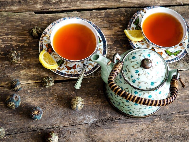 Thé vert de thé noir de théière images stock