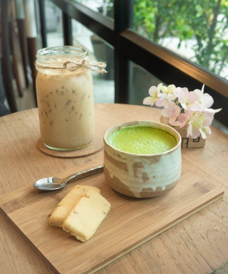 Thé vert et biscuit de Matcha sur le plateau en bois images libres de droits
