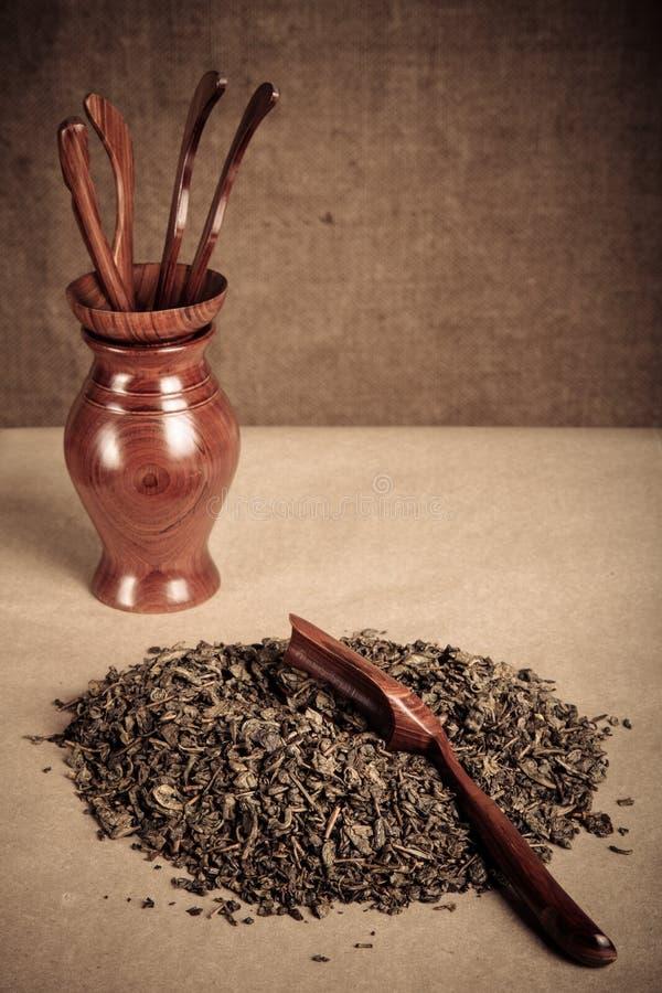 Thé vert et ensemble d'outils en bois pour la cérémonie de thé chinoise image stock