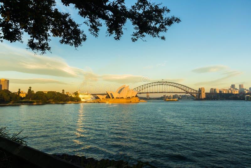 Théatre de l'opéra au lever de soleil à travers la crique de ferme photographie stock libre de droits