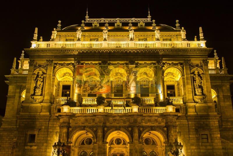 Théatre de l'opéra d'état hongrois par nuit photo stock