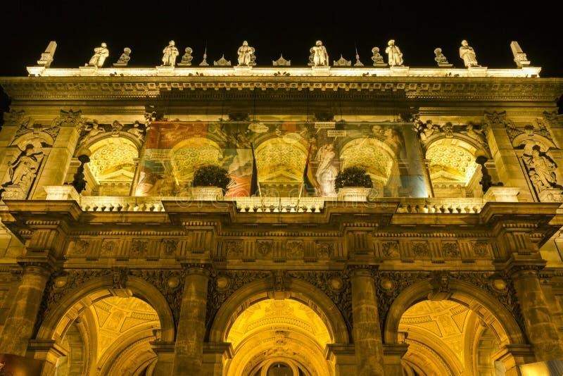 Théatre de l'opéra d'état hongrois par nuit photographie stock