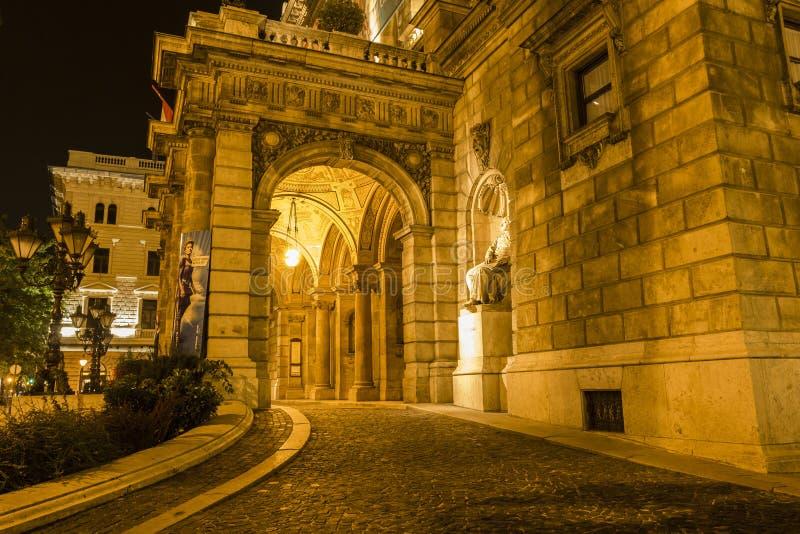 Théatre de l'opéra d'état hongrois par nuit image stock