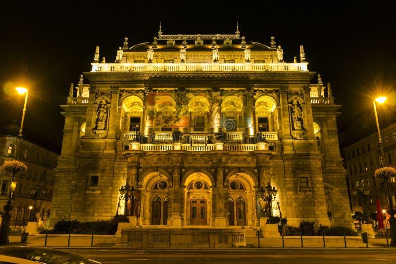 Théatre de l'opéra d'état hongrois par nuit images stock
