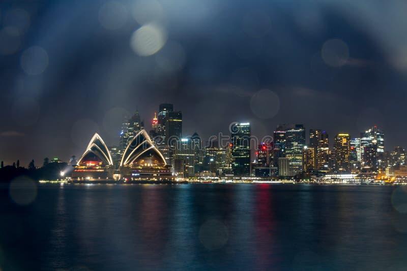 Théatre de l'opéra d'horizon de ville la nuit images stock
