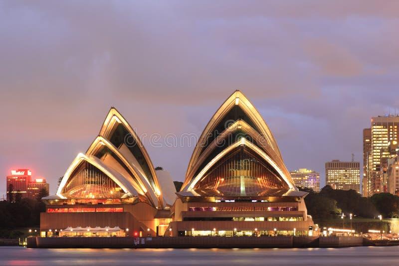 Théatre de l'$opéra de Sydney au crépuscule photographie stock