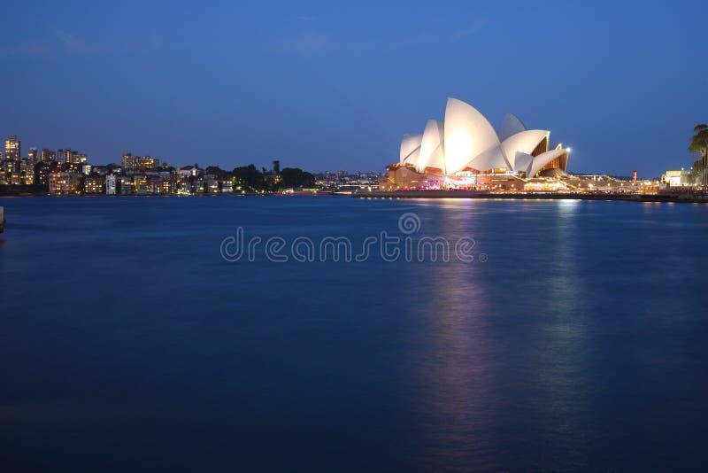 Théatre de l'opéra de Sydney avec l'horizon de Kirribilli photo libre de droits