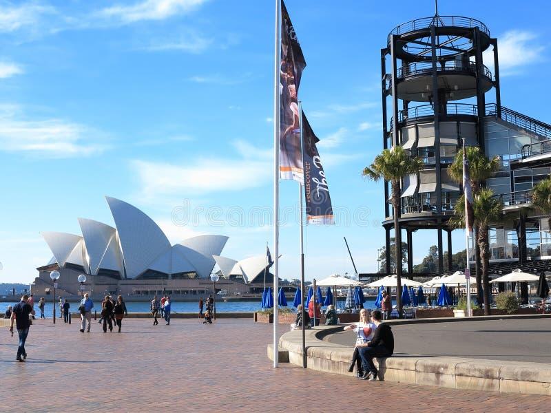 Théatre de l'$opéra de Sydney avec le terminal d'outre-mer images libres de droits