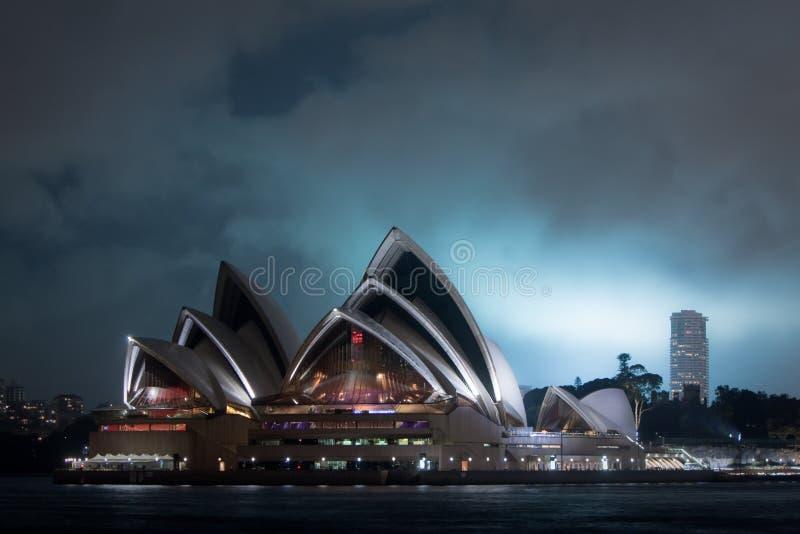 Théatre de l'$opéra de Sydney la nuit. photographie stock libre de droits