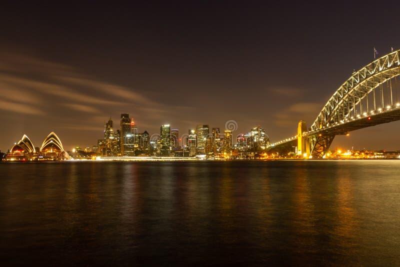 Théatre de l'opéra et pont de port à Sydney images stock