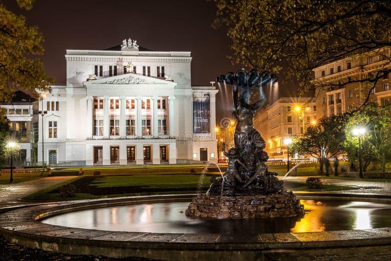 Théatre de l'opéra national letton la nuit photographie stock