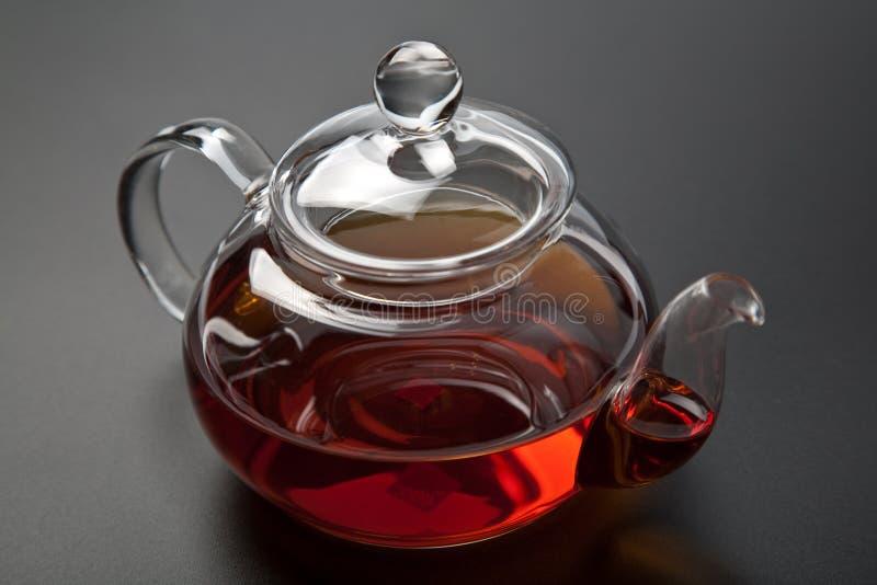 Théière avec du thé noir photographie stock