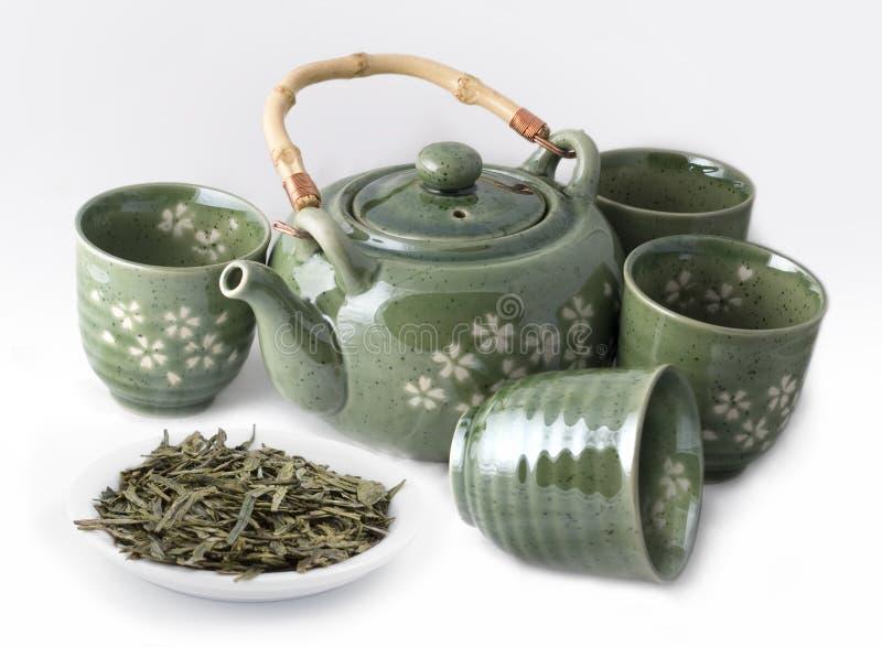Théière avec les cuvettes et le thé vert photos libres de droits