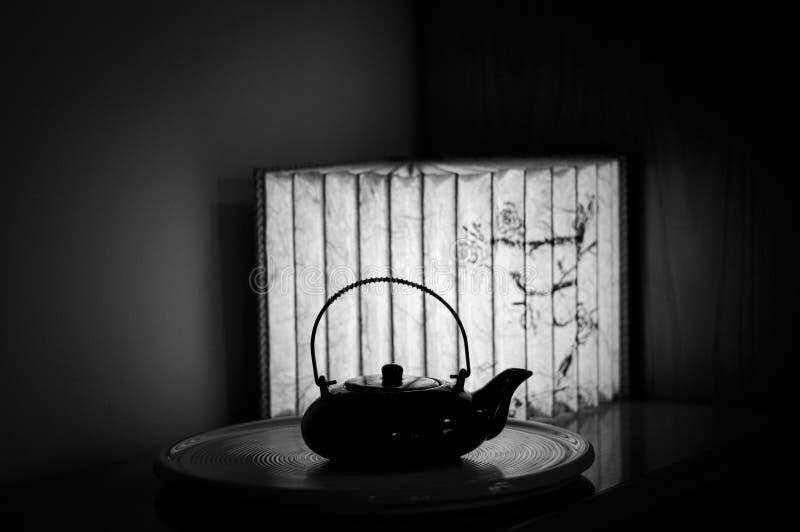 Théière chinoise et un fond de papier de lampe - conception intérieure photographie stock