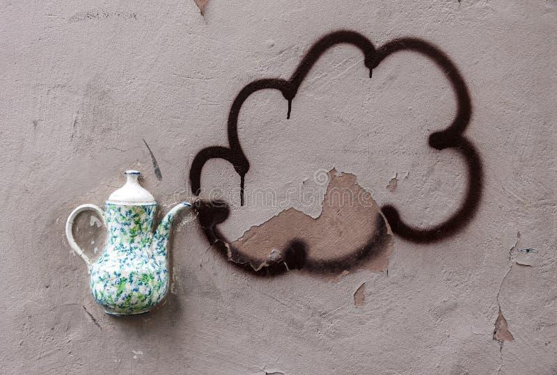 Théière décorative sur le mur photo stock