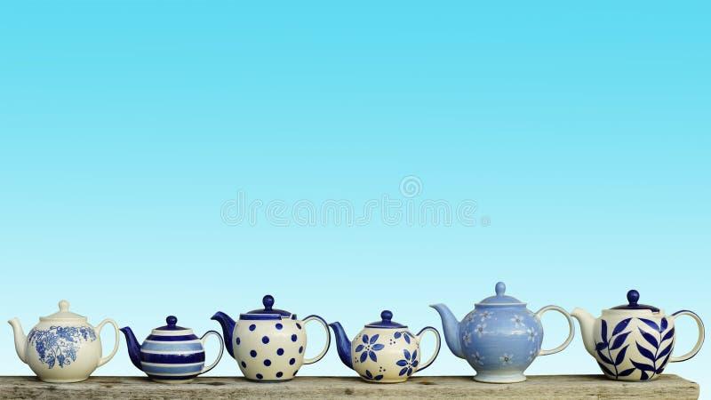 Théière en céramique avec le fond en pastel bleu de mur images libres de droits