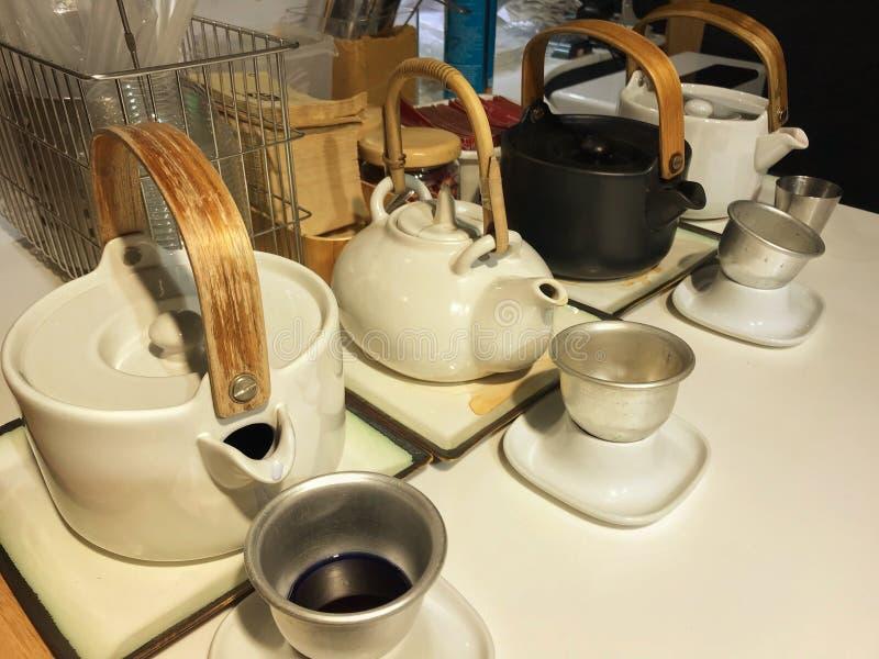 Théière en céramique avec le thé chaud de faveur dans le magasin de thé de lait photo libre de droits