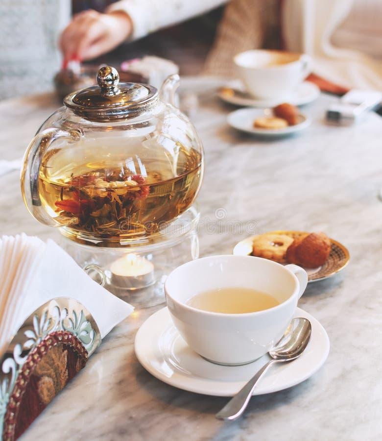 Théière en verre transparente avec le thé vert sur une table dans un café, foyer sélectif photographie stock
