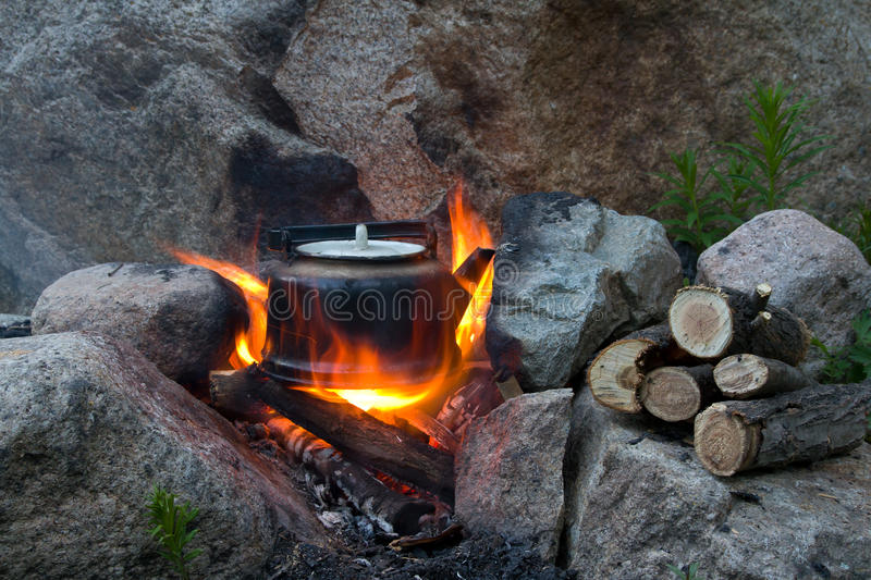 Théière et incendie images stock
