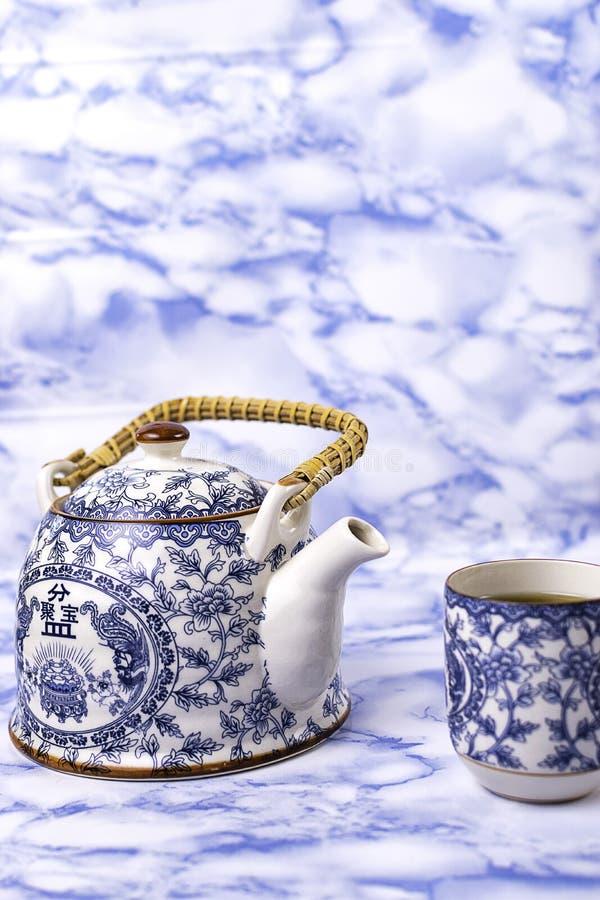 Théière et tasse de thé chinois bleu de porcelaine de porcelaine photo stock