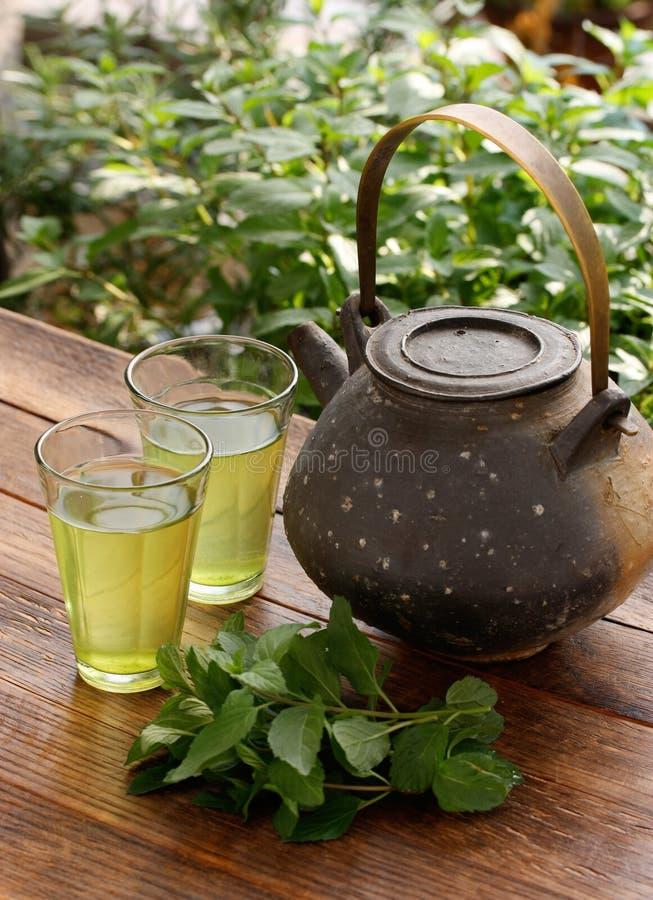 Théière japonaise et thé de fines herbes vert image libre de droits