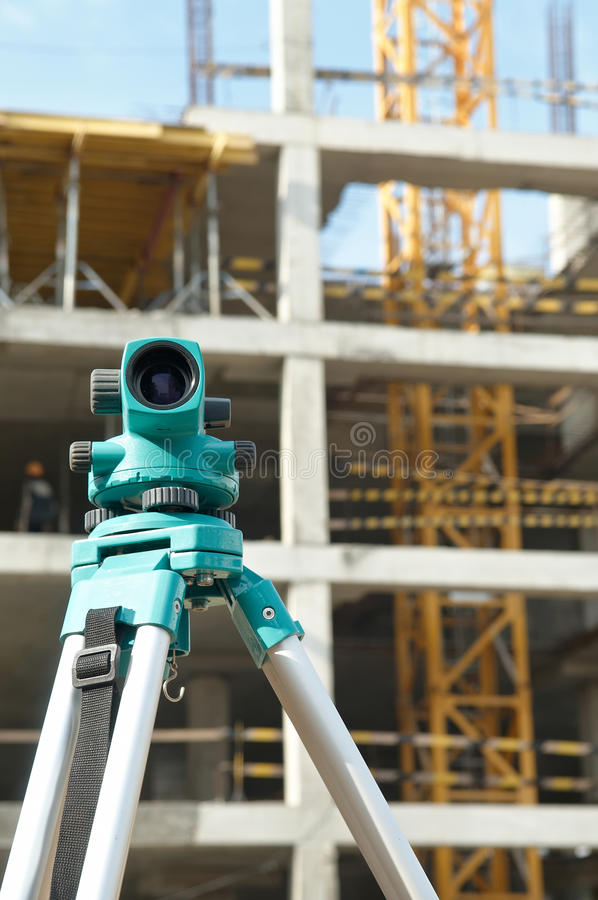 Théodolite au chantier de construction photographie stock libre de droits