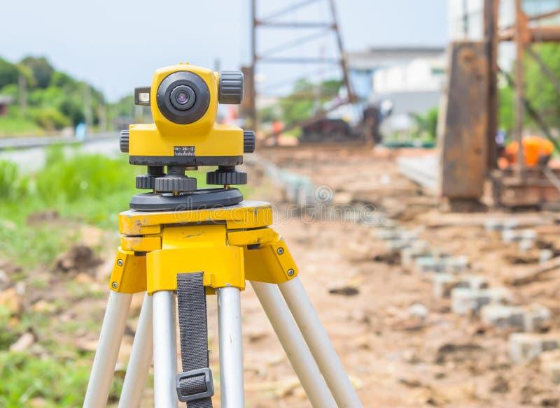 Théodolite de examen d'équipement de terre au chantier de construction images libres de droits