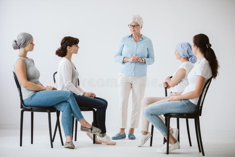 Thérapeute et patients photographie stock libre de droits